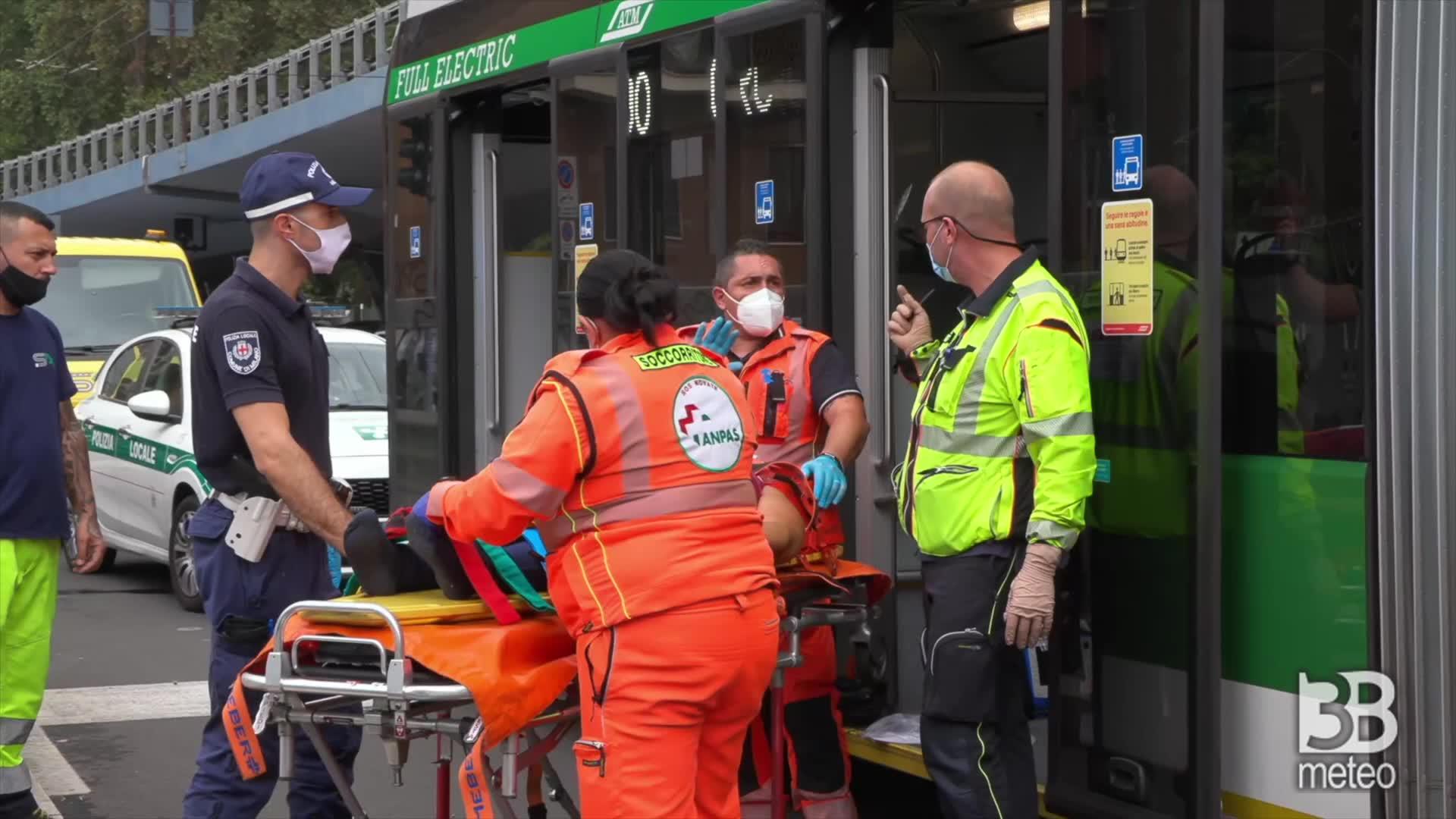 Scontro filobus-auto a Milano: passeggeri soccorsi per traumi