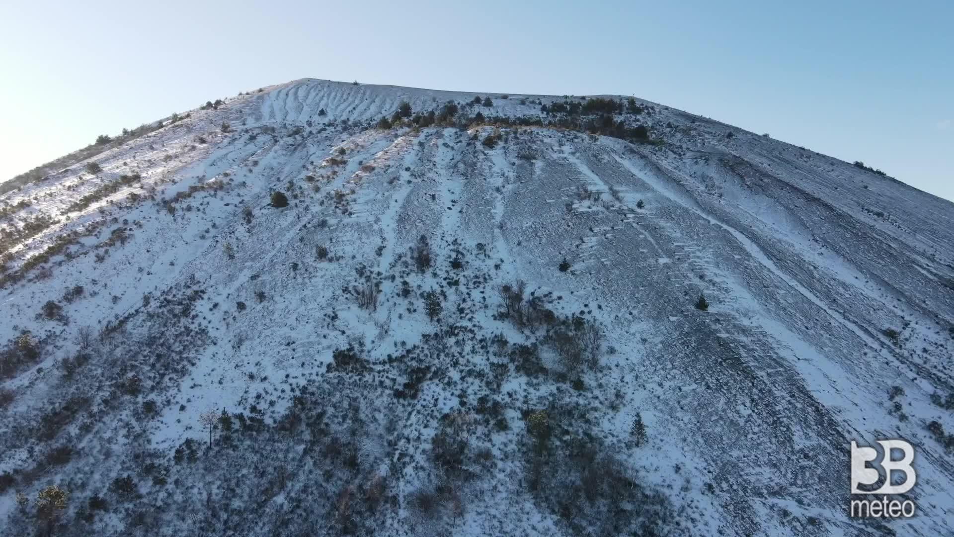 Il Vesuvio imbiancato dalla neve: le immagini dal drone