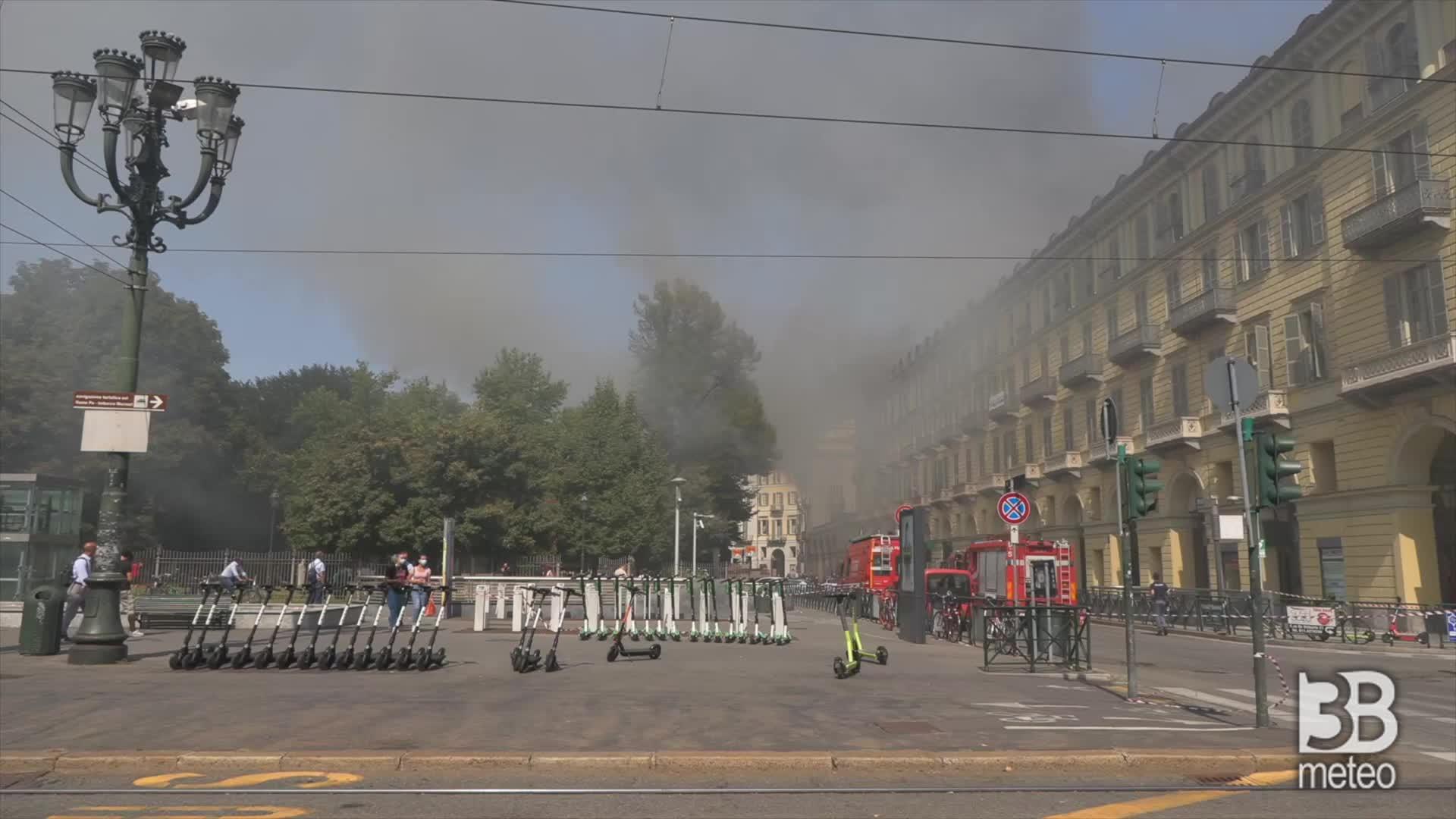 Fumo denso nel cielo di Torino: a fuoco palazzo residenziale