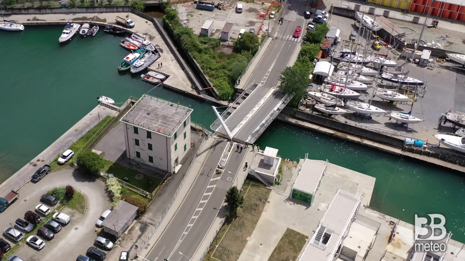 CRONACA DIRETTA - La Spezia, cede ponte su darsena: le immagini dal drone - VIDEO