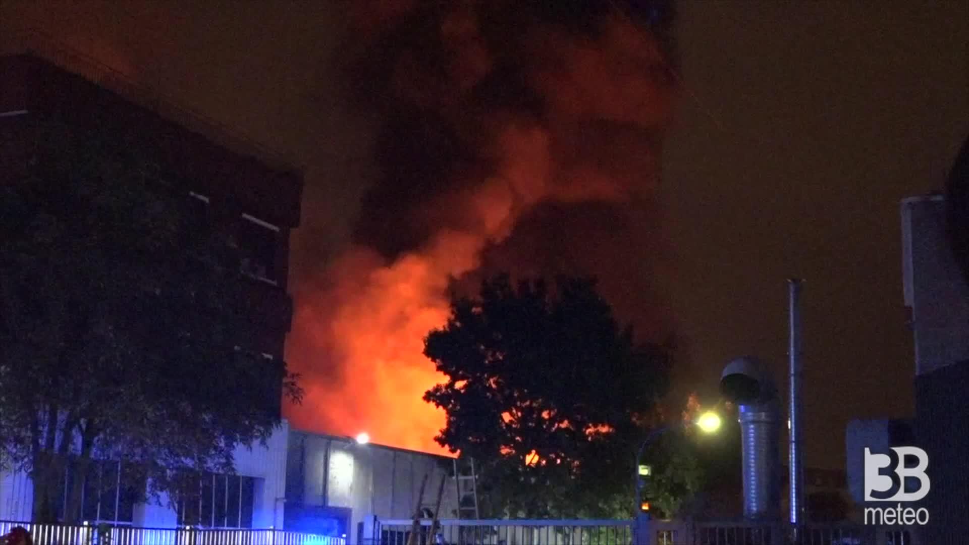 CRONACA DIRETTA - Monza, rogo fabbrica mascherine: oltre 10 mezzi vvff, evacuazioni - VIDEO