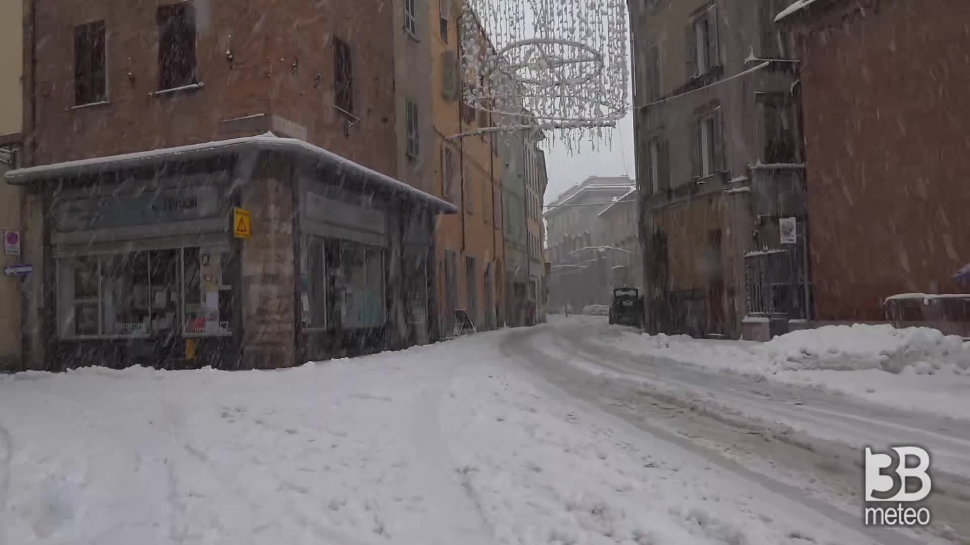 Forte nevicata a Piacenza: vie del centro coperte di neve