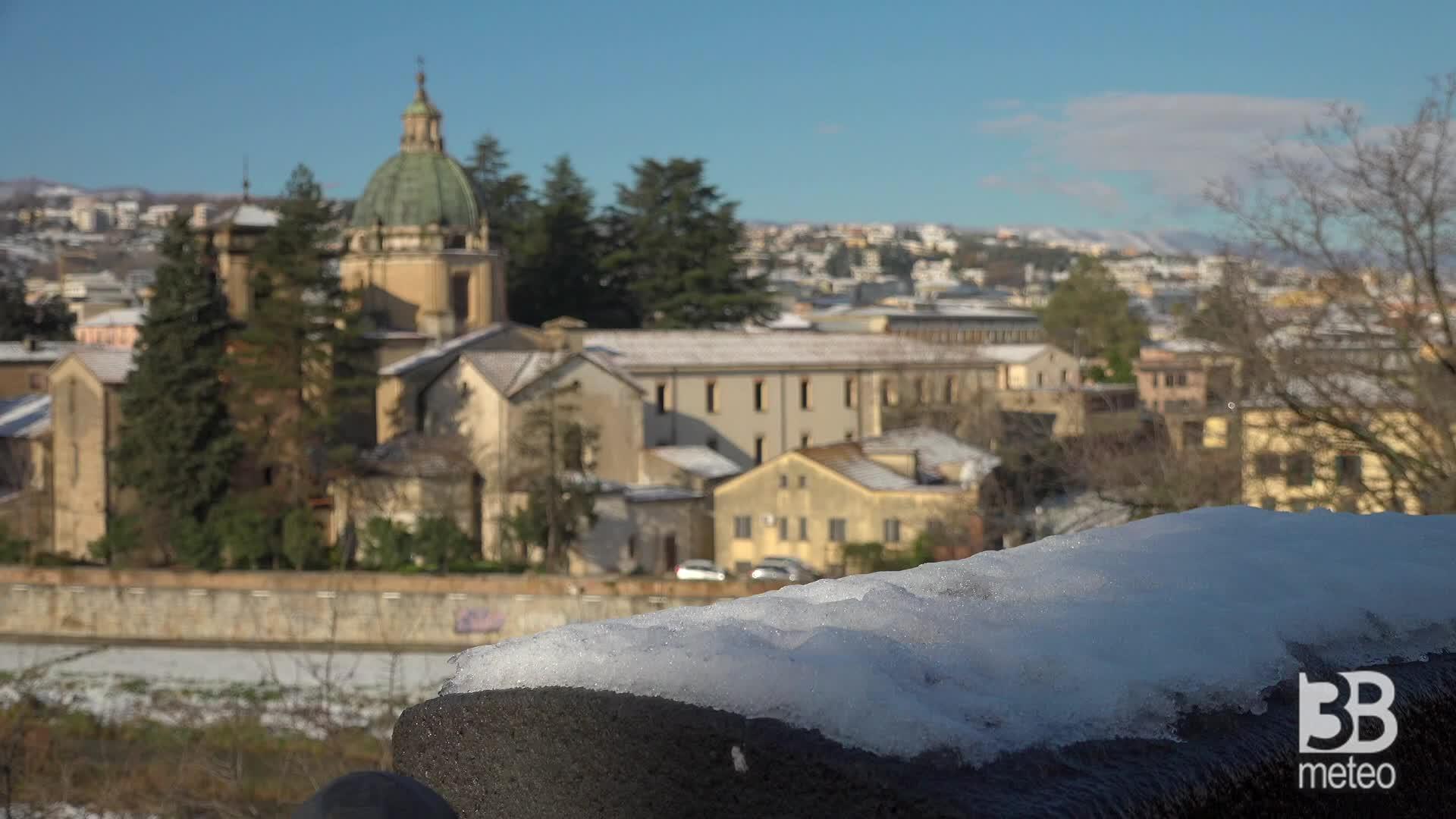 Cosenza la neve imbianca i tetti: le immagini al mattino