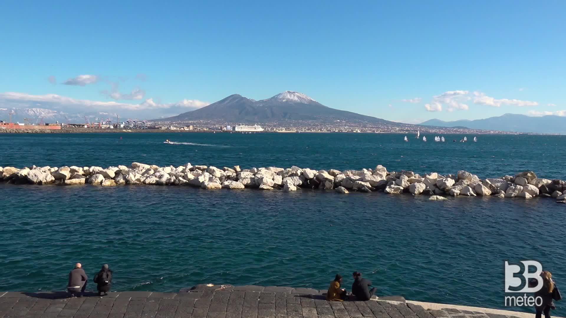 La punta del Vesuvia innevata: il panorama dalla città
