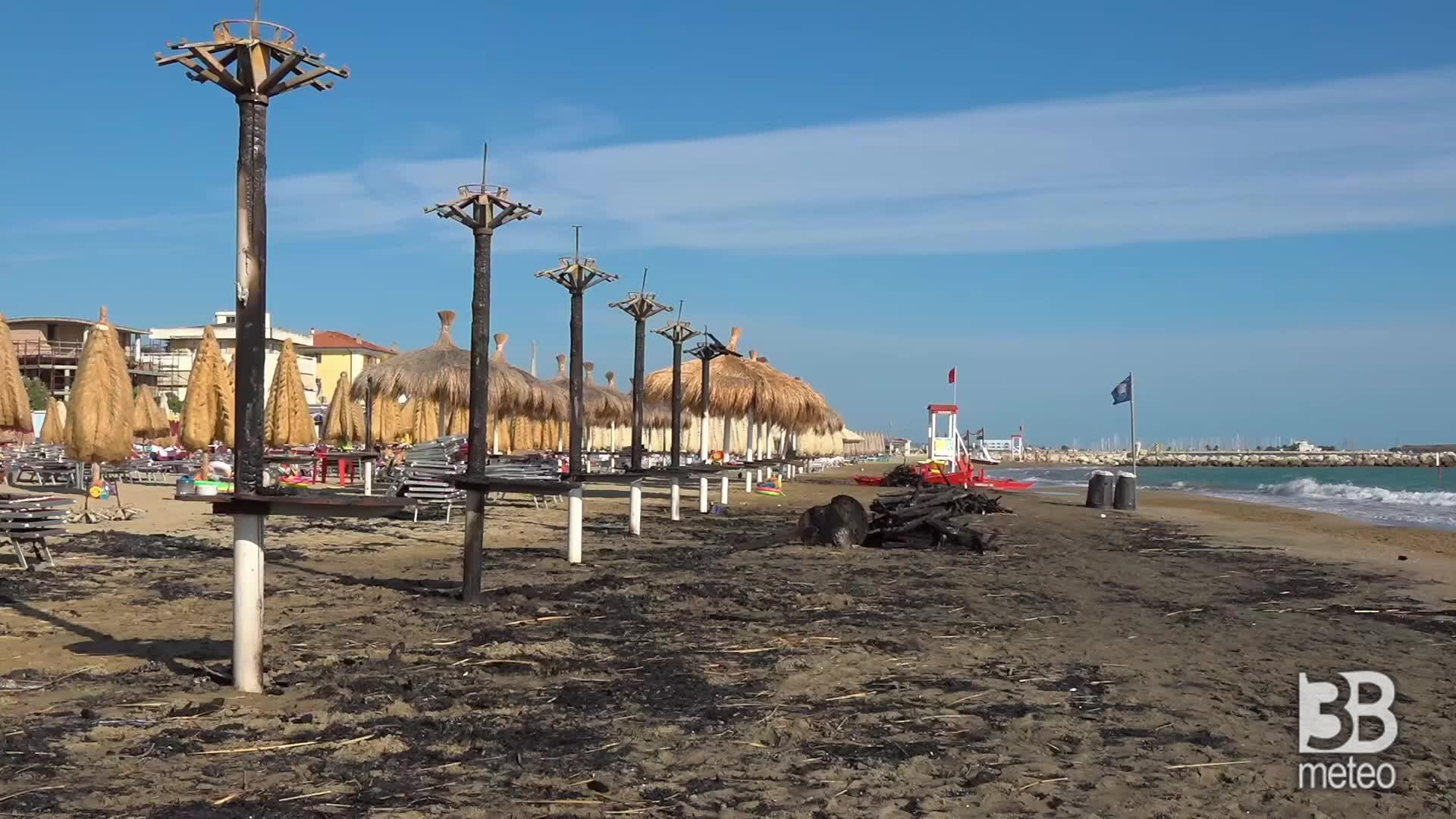 Pescara, ombrelloni carbonizzati: danni roghi fino in spiaggia