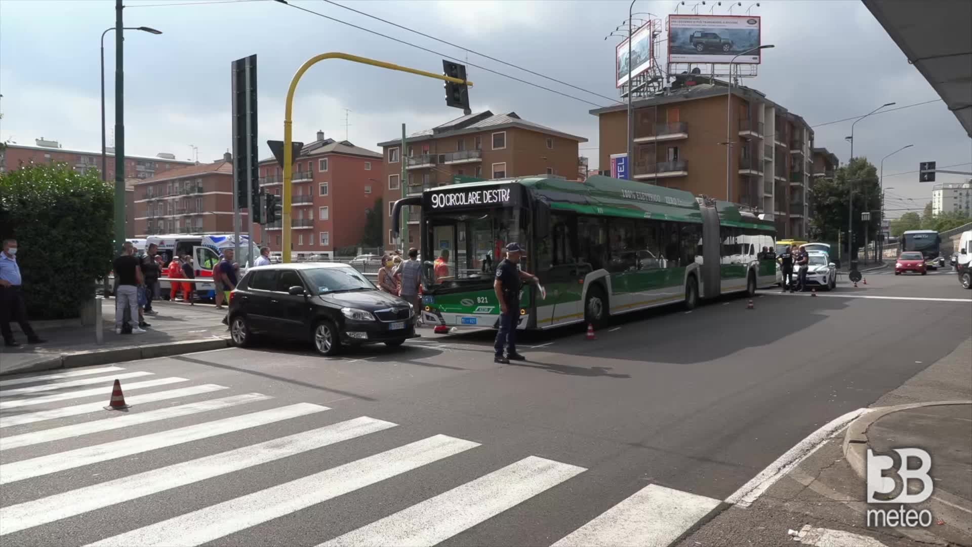 Milano, incidente bus-auto: diversi passeggeri soccorsi