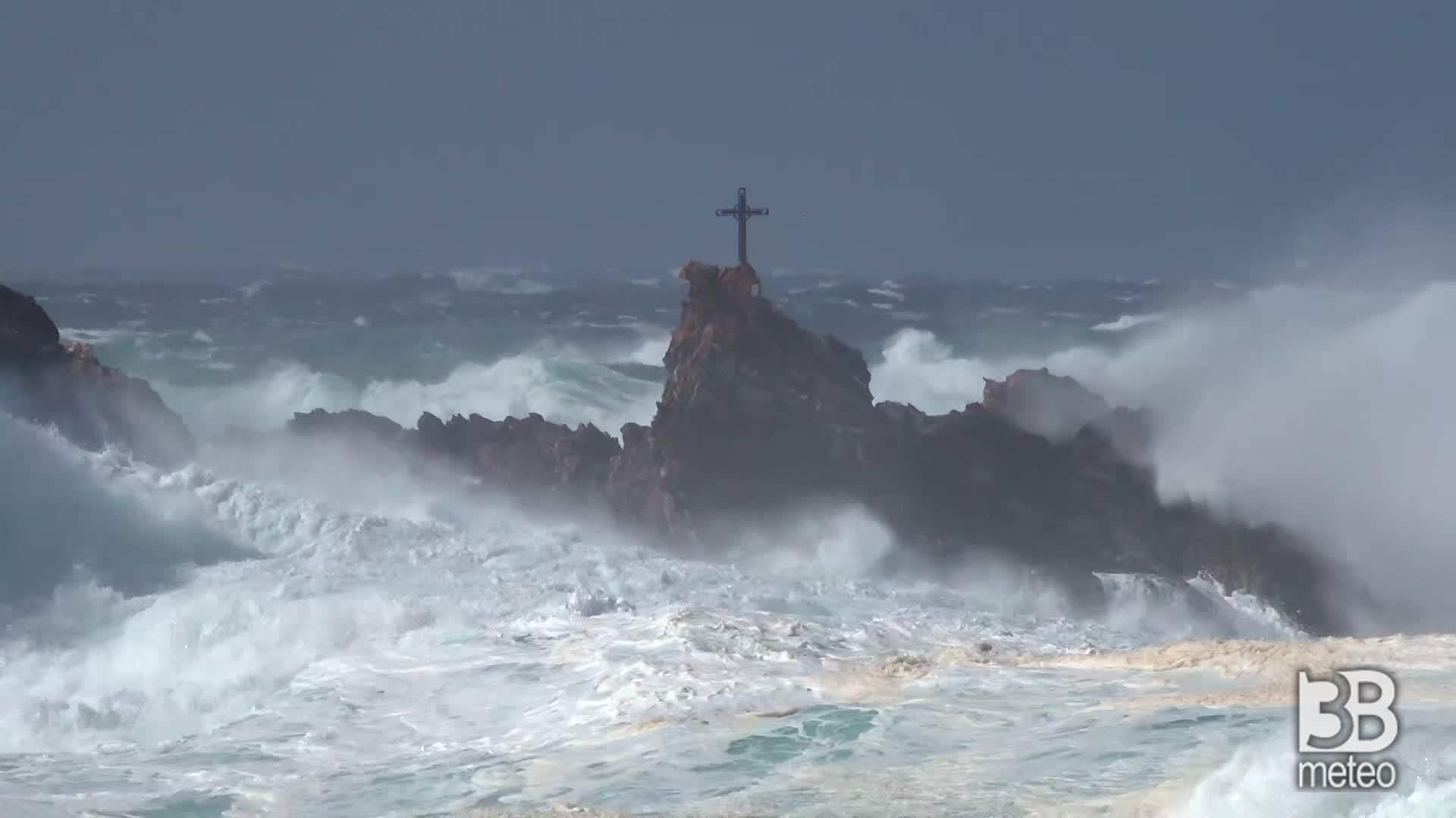 Sardegna, mare tempestoso: le immagini da Argentiera