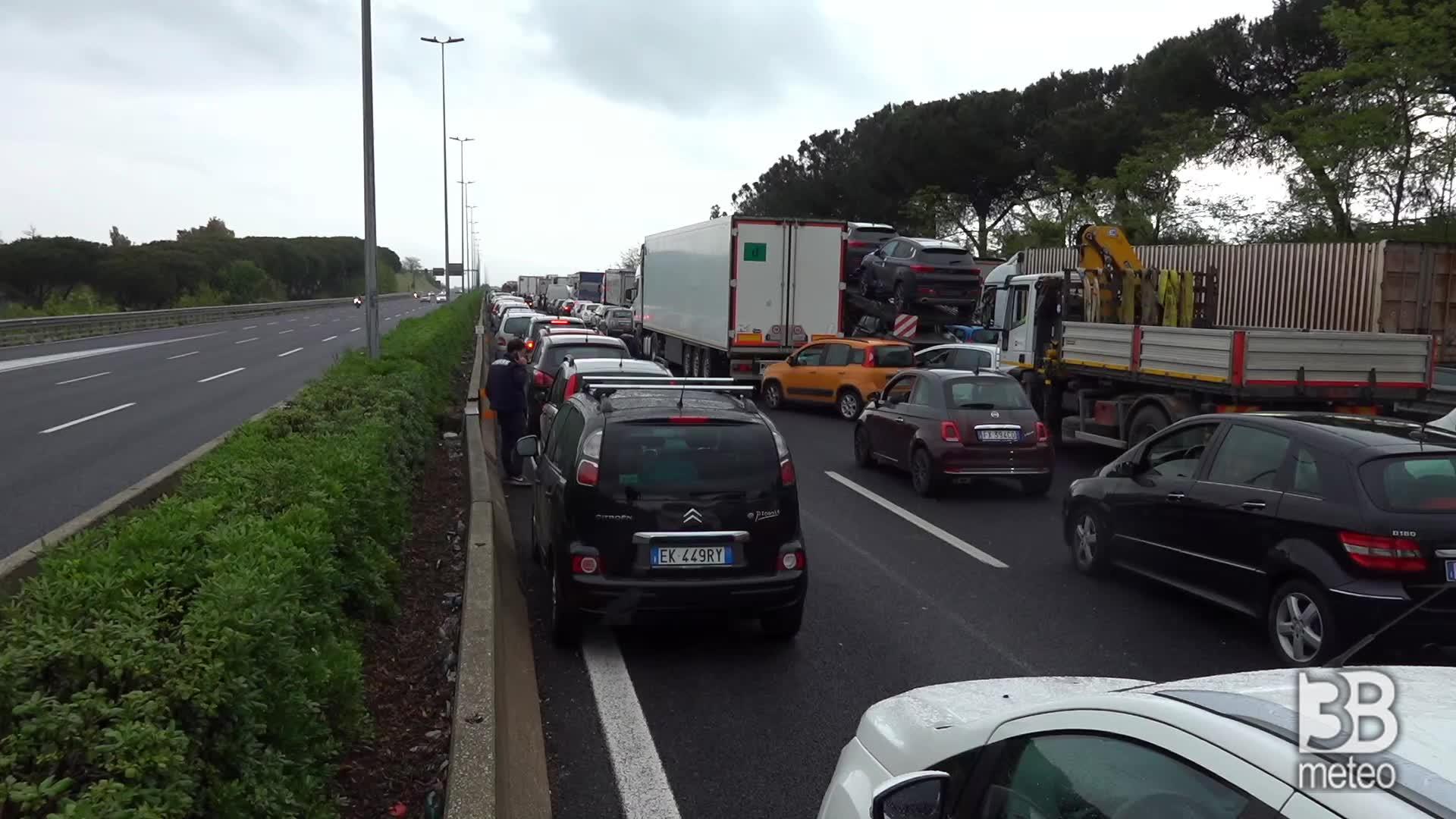 Ambulanti bloccano il GRA: traffico in tilt nella capitale