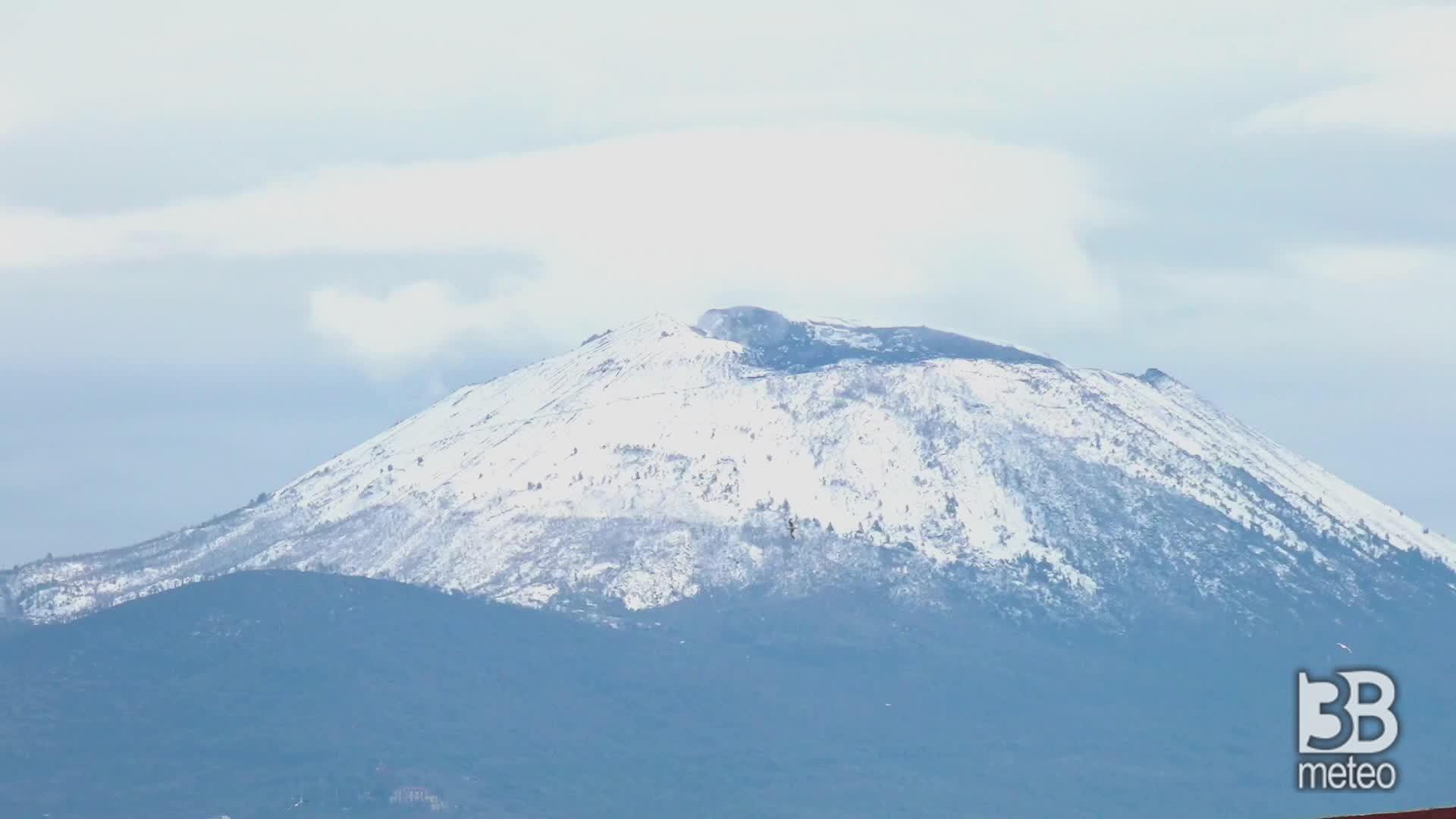 Napoli, Vesuvio imbiancato: spolverata di neve in cima