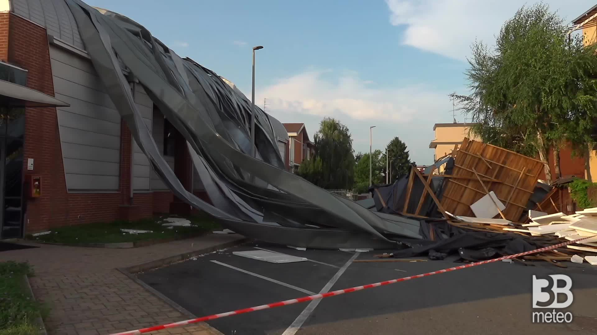 Nubifragio a Vercelli, danni: palestra scoperchiata dal vento