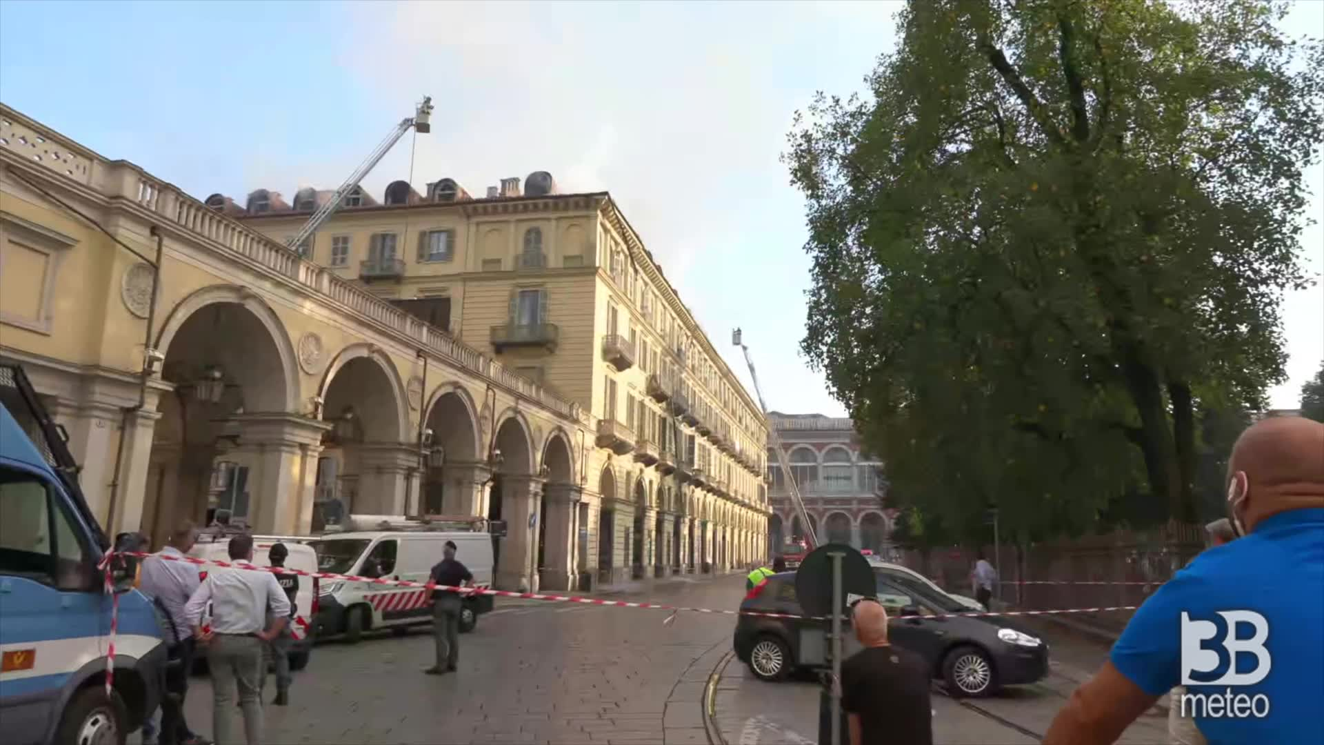 Incendio, grondaia cede e cade: fiamme attive da ore