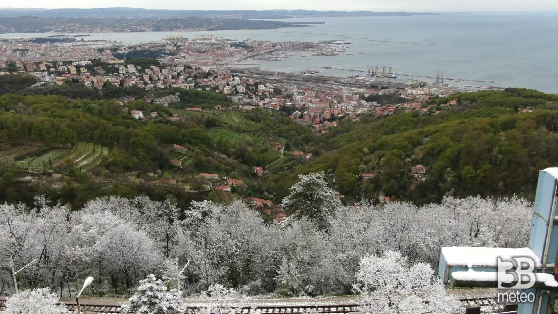 Trieste, fiocchi neve ad aprile: le immagini dal drone