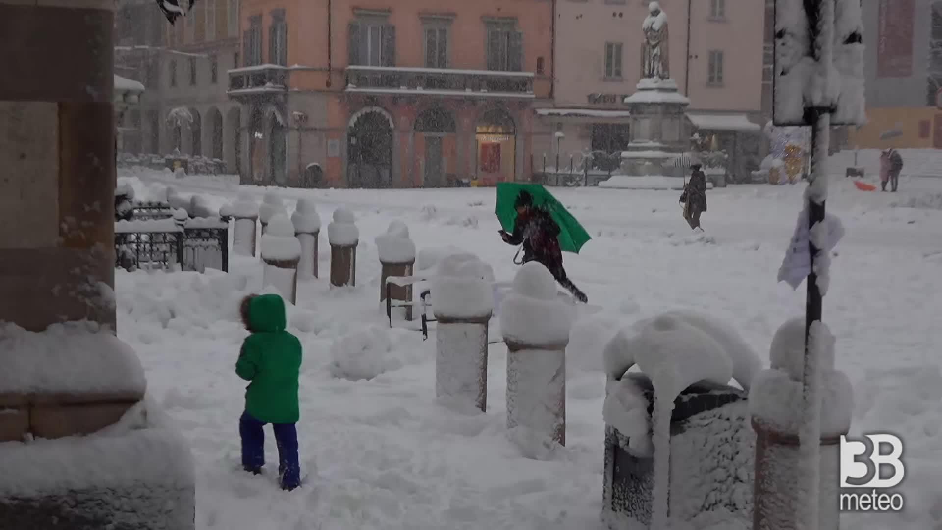 Piacenza si sveglia con la neve: le strade imbiancate
