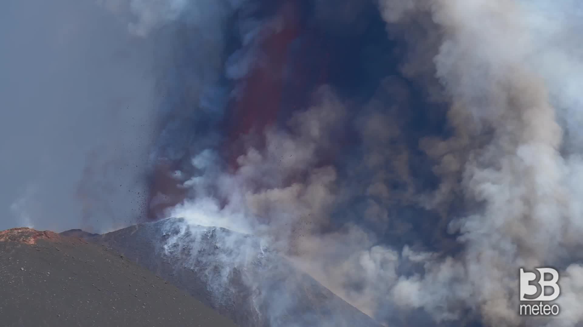 Etna, la spettacolare eruzione: le immagini dalle due telecamere
