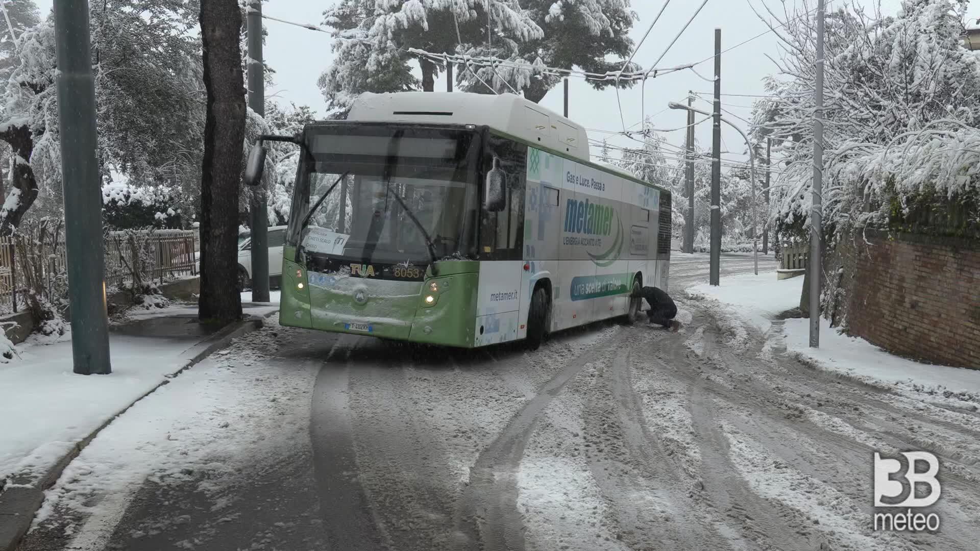 Chieti, autobus in difficoltà: la nevicata prosegue