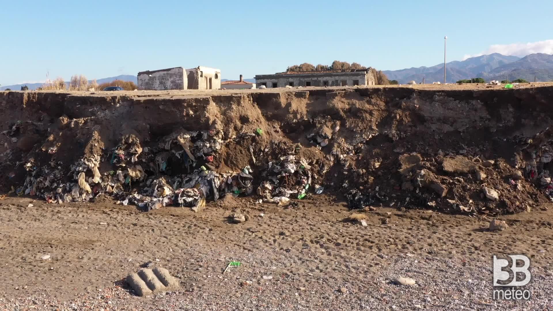 La discarica raggiunta dal mare: le immagini dal drone