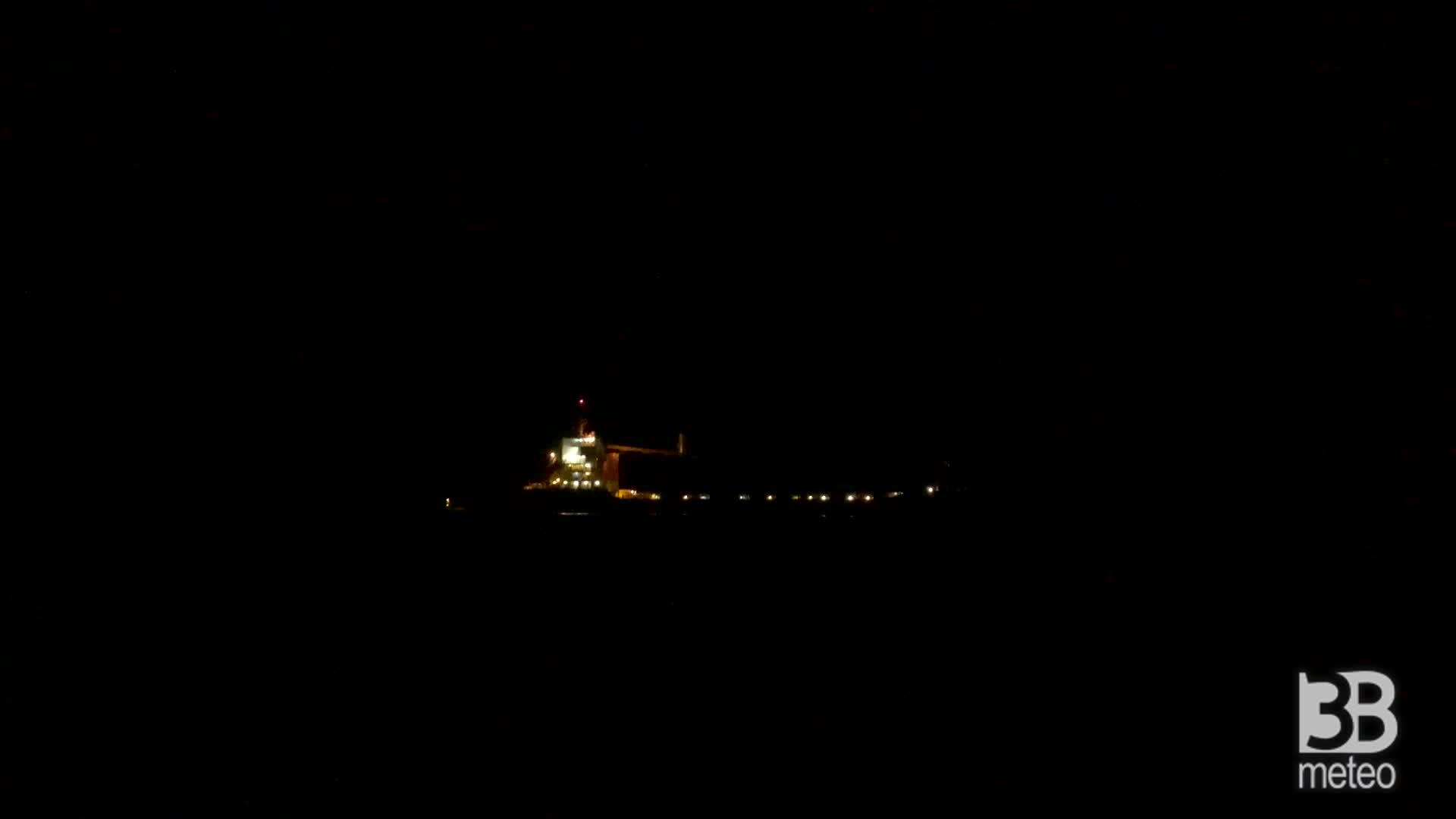 Cronaca VIDEO - Incendio su portacontainer: la nave cargo vista dal porto di Catania