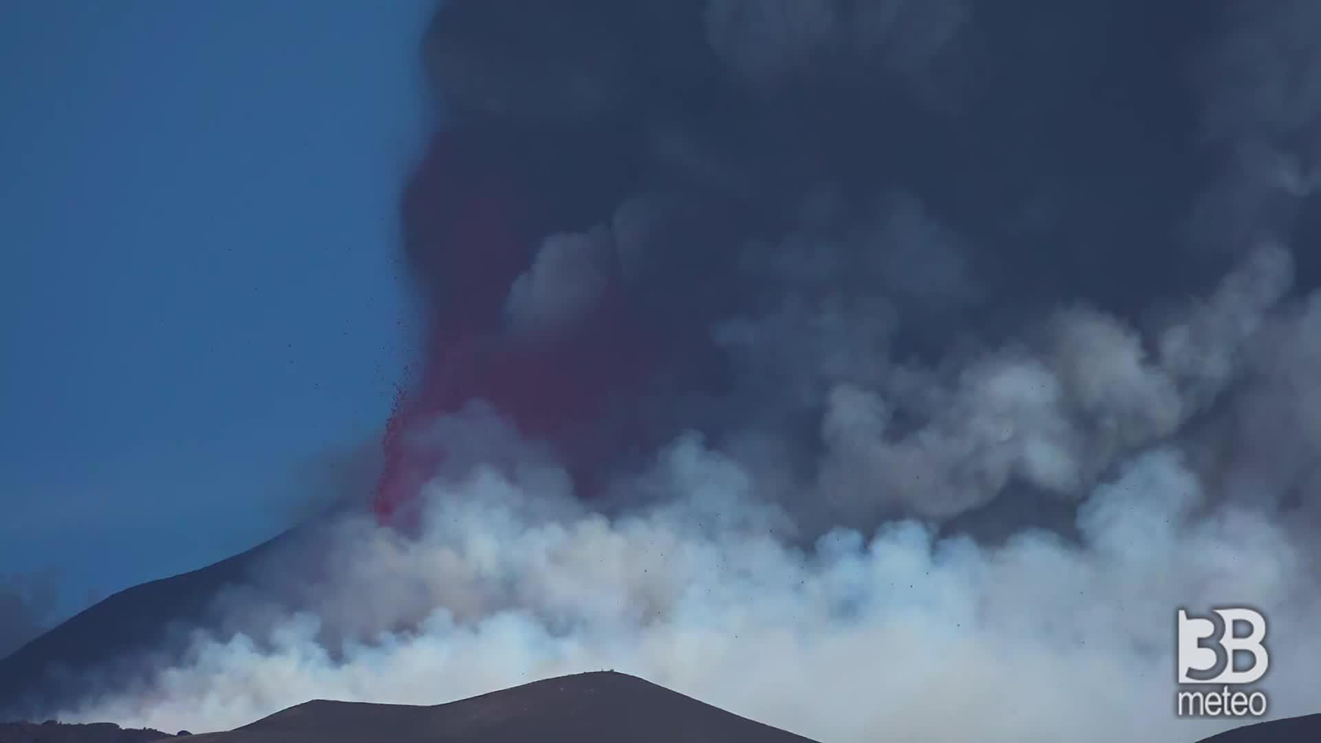 CRONACA DIRETTA - Etna, alta nube eruttiva: attività dal cratere di Sud Est - VIDEO