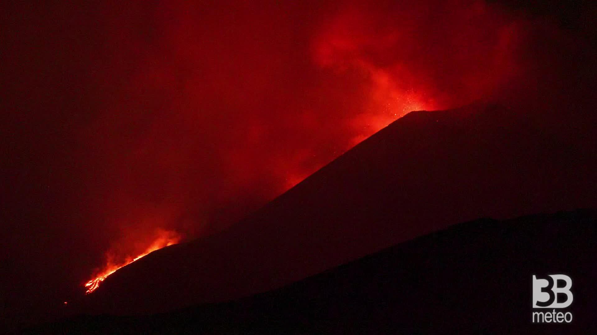 Cronaca diretta eruzione Etna, decimo parossismo: colata di lava e forti boati. Video