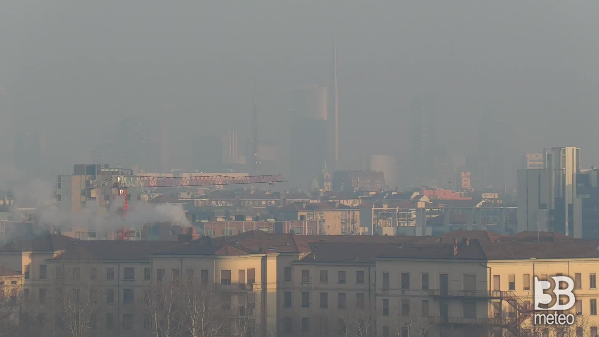 I grattacieli tra la nebbia: smog alle stelle a Milano