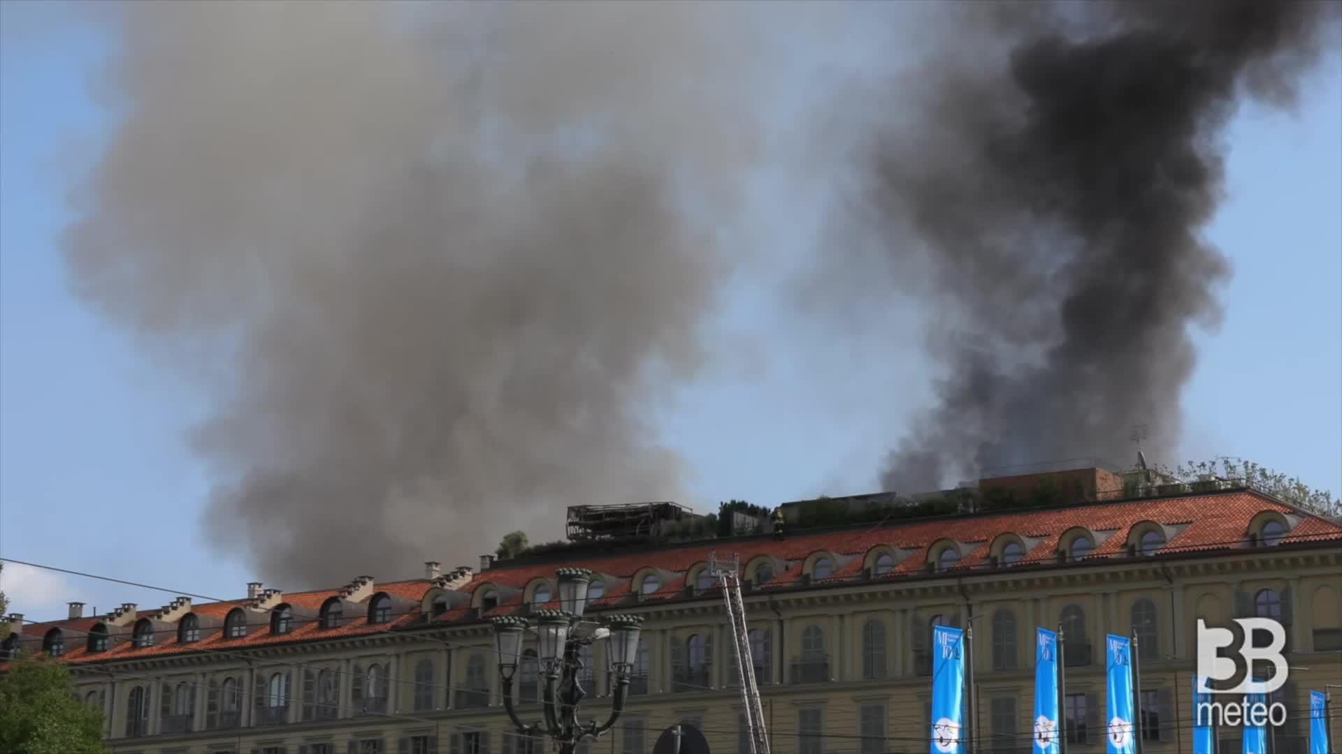 Incendio Torino, alta nube nera: Vigili del fuoco al lavoro
