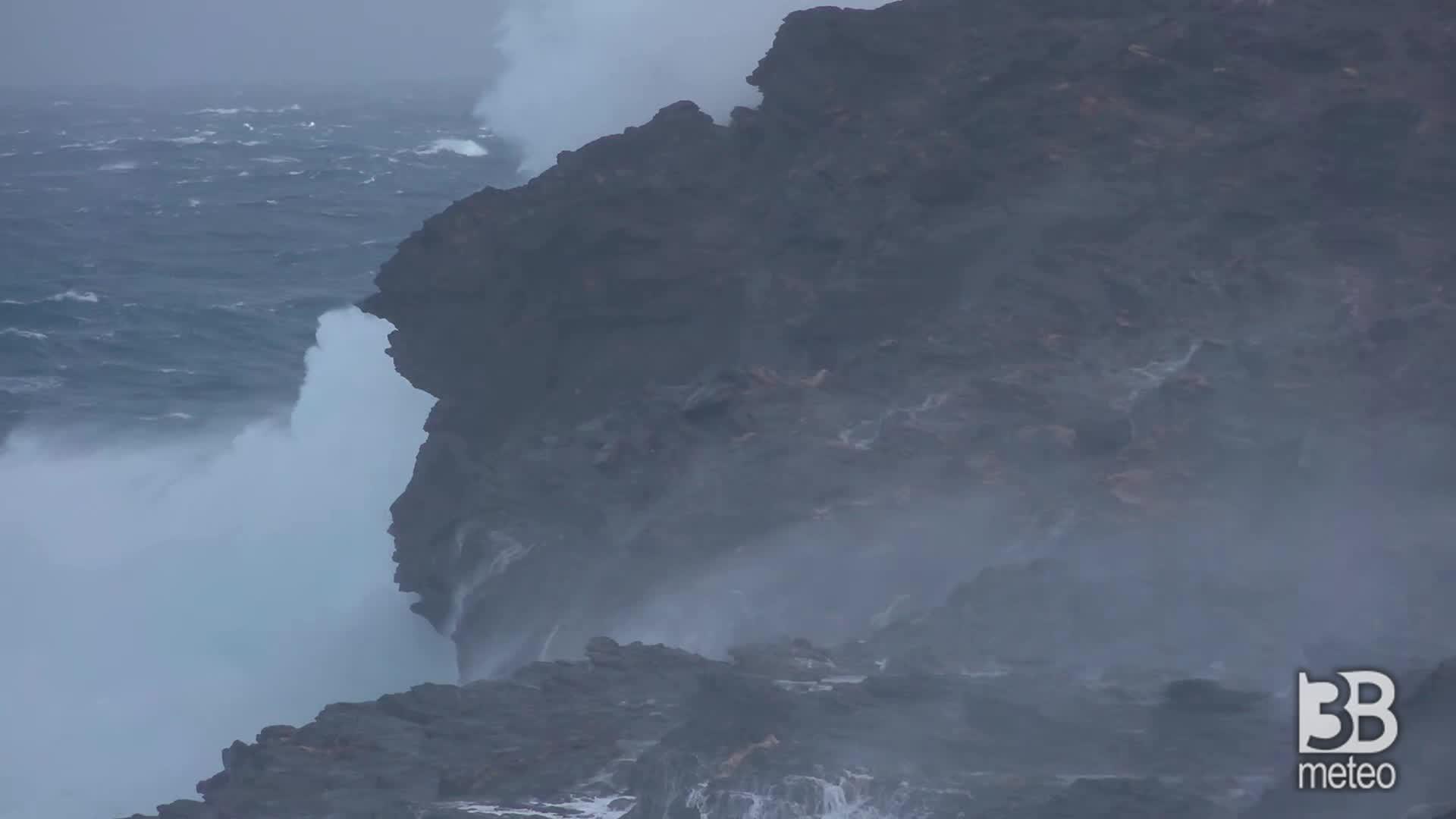 Cronaca meteo VIDEO MALTEMPO: Sardegna, onde alte metri: in corso violenta mareggiata