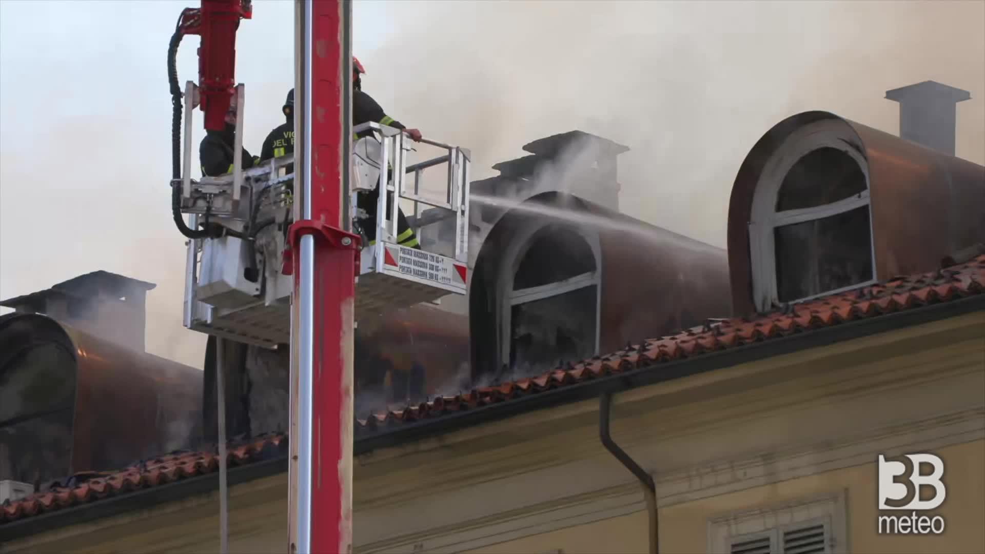 Torino, fuoco divora mansarde: non ancora domate le fiamme