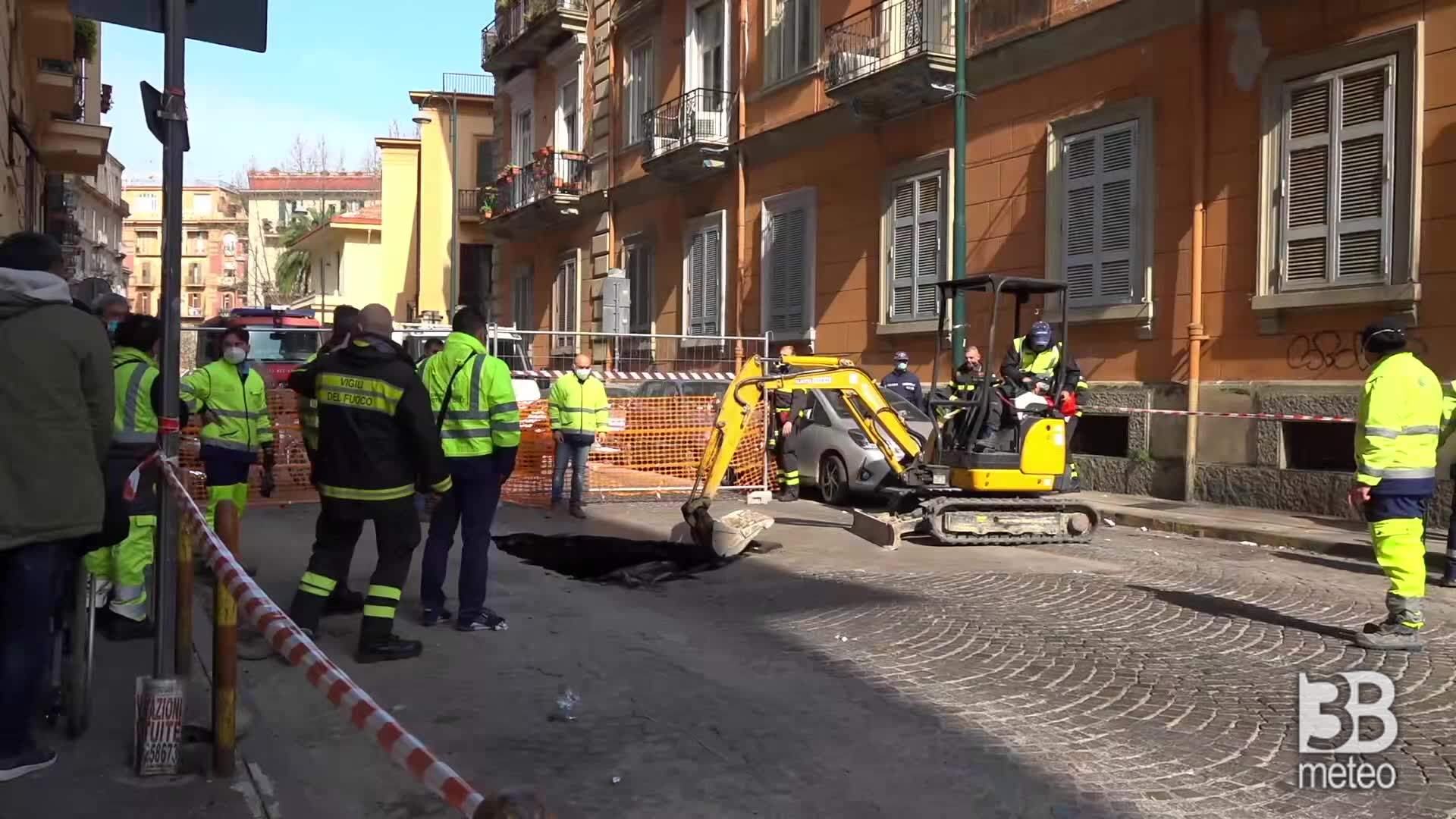 Napoli, voragine al Vomero: cedimento in via Aniello Falcone
