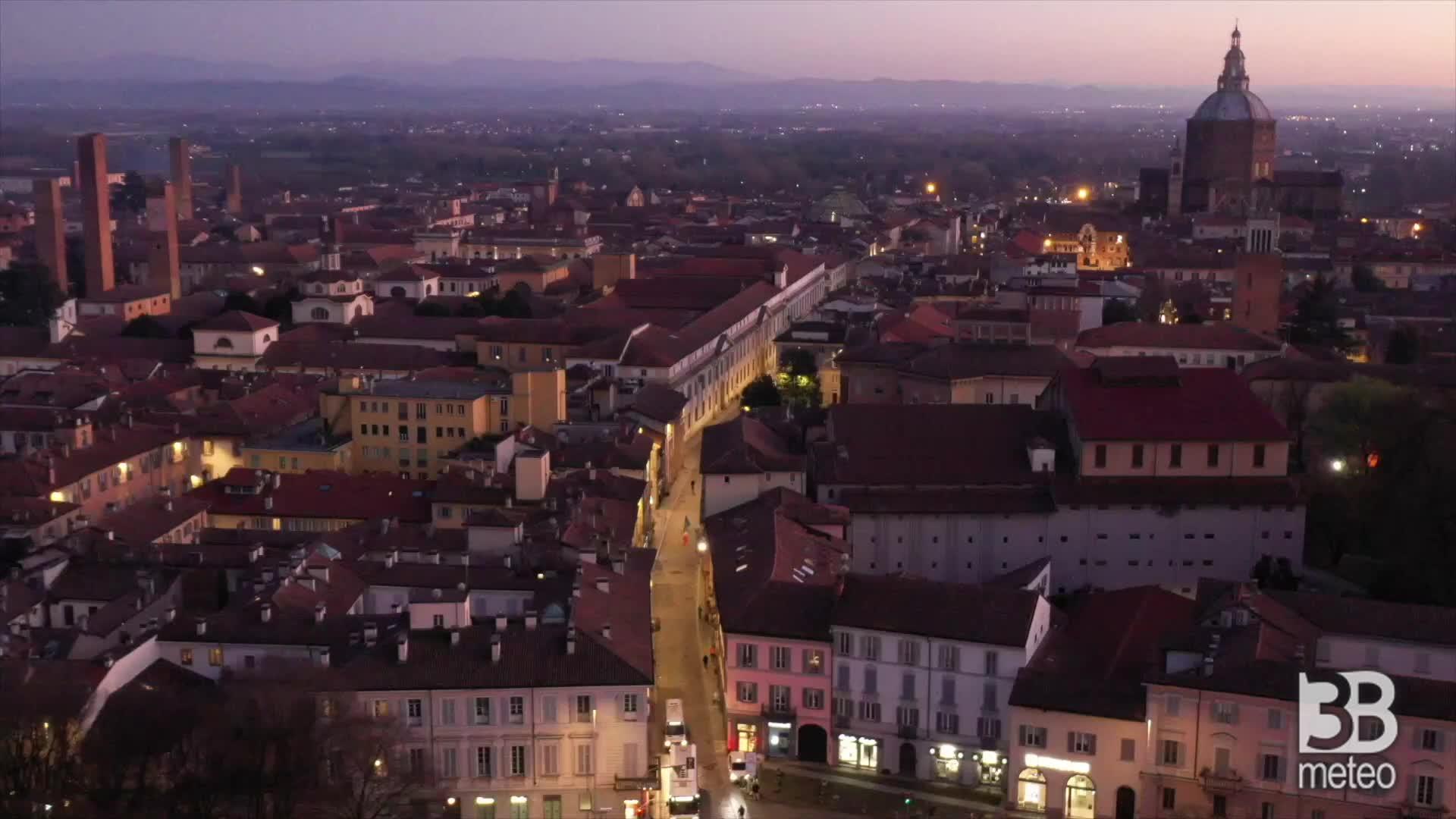 Coronavirus, Pavia semi-deserta: la città al tramonto dal drone