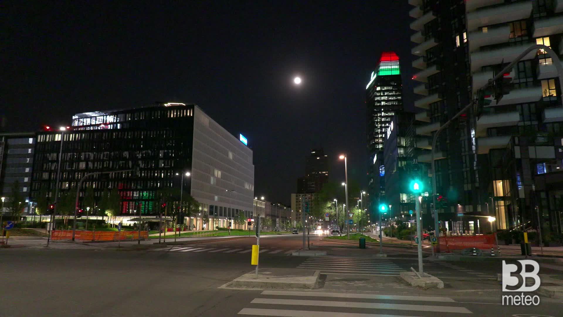 Milano, la notte della Superluna: le immagini tra i grattacieli