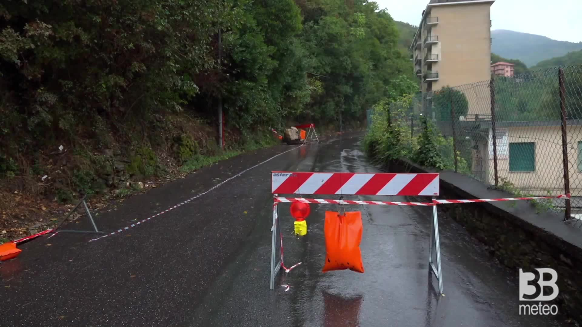 Genova, frana in Valbisagno: massi cadono su una strada
